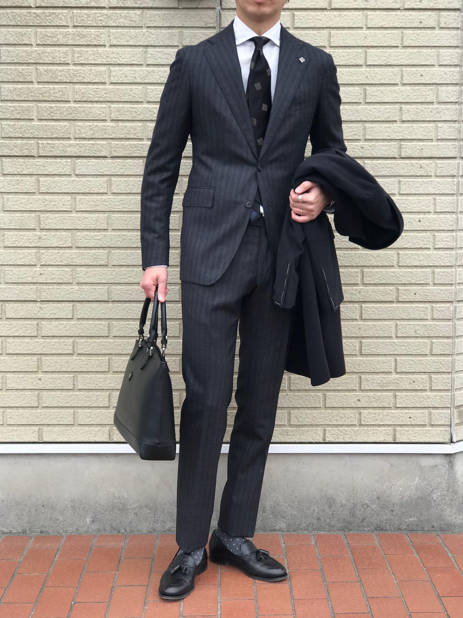 クラシコスタイルにモダンなブラックタイが気分! 【TAGLIATORE】「VESVIO」オルタネートストライプ柄スーツ!!